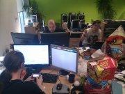 Ludzie podczas pracy przy komputerach
